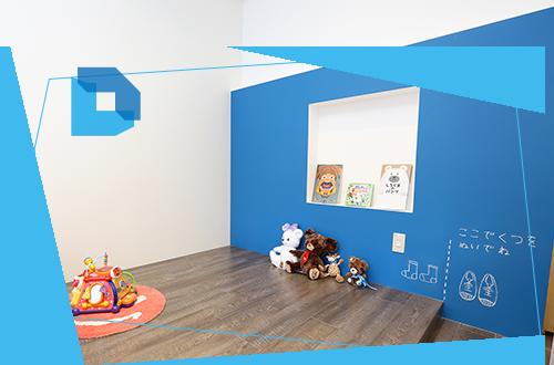 お子さんが楽しく歯医者さんに通っていただくためのスペースです。青い壁は黒板になっていて、絵を描くことができます。